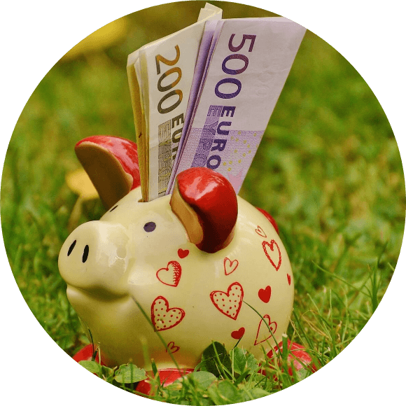 Sparschwein-Euro-Scheinen-und-Herzchen