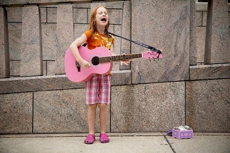 Straßenmusikantin Mädchen